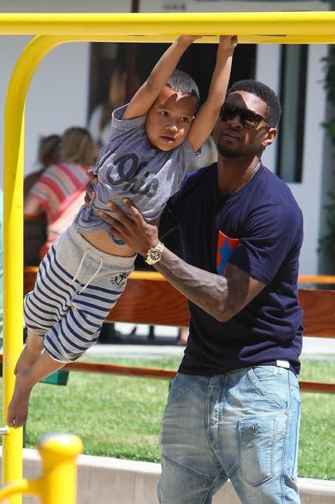 Usher avec ses deux fils dans un parc de Malibu le 5 juillet 2012