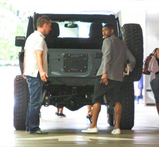 Photos : Usher : quand le chanteur arrive en ville avec sa petite tribu... il en impose !