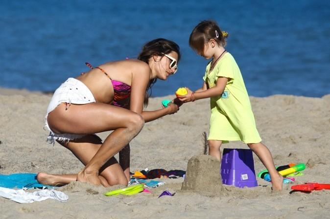 Alessandra Ambrosio construit un château de sable avec son fils !