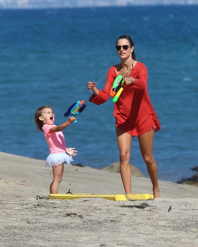 Alessandra Ambrosio se fait arroser par sa fille !