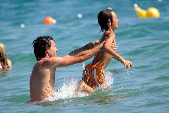 Andrea Pirlo fait valdinguer son fils dans les vagues !