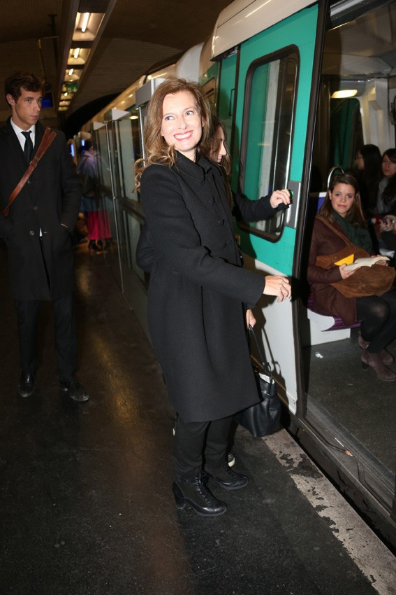 Valérie Trierweiler prend le mtro à la sortie du défilé Dior le 28 février 2014