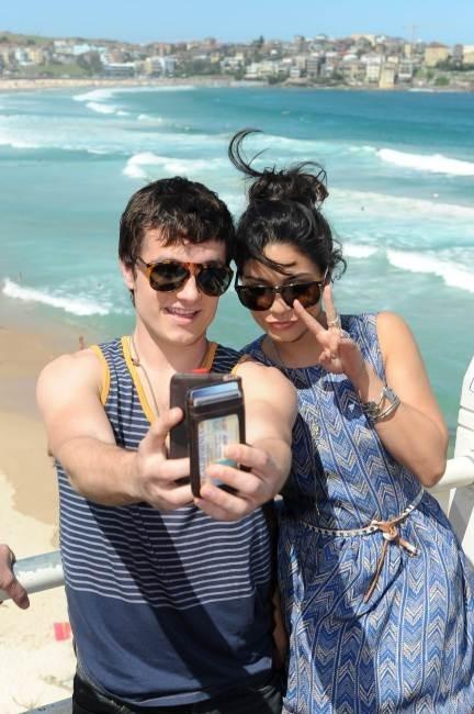 Vanessa Hudgens et Josh Hutcherson lors du photocall du film Voyage au centre de la terre 2 à Bondi Beach à Sydney, le 17 janvier 2012.