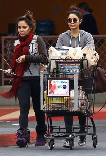 Vanessa et Stella Hudgens à Los Angeles le 16 novembre 2013