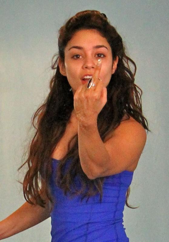 Vanessa Hudgens fait un doigt d'honneur aux paparazzi