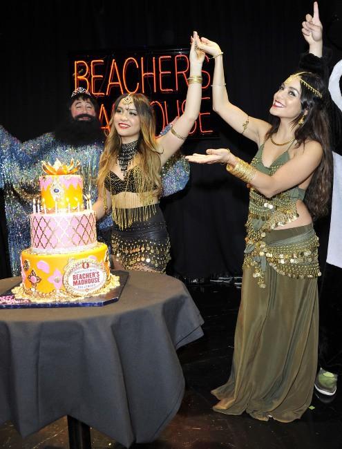 Vanessa et Stella Hudgens en pleine fête d'anniversaire à Hollywood, le 16 novembre 2013.