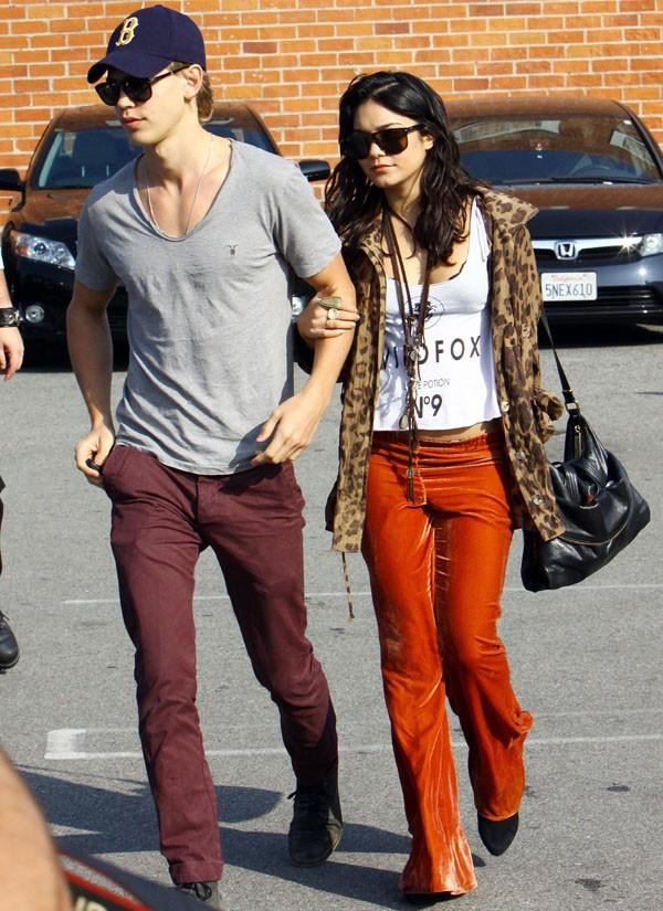 Vous aimez son pantalon orange ?