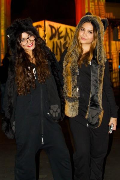 Vanessa Hudgens et sa soeur Stella dans le parc Universal Studios à Los Angeles, 28 octobre 2013.