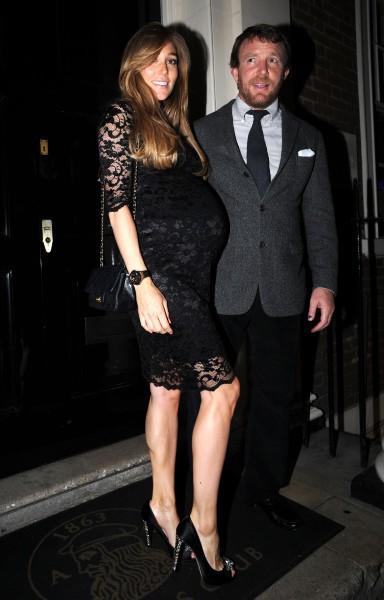 Guy Ritchie et sa femme enceinte, Jacqui, à la sortie du Arts Club à Londres, le 27 avril 2014.