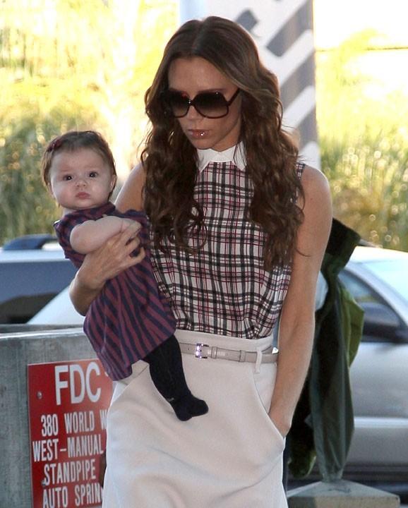 Victoria Beckham à l'aéroport de Los Angeles hier avec Harper Seven !
