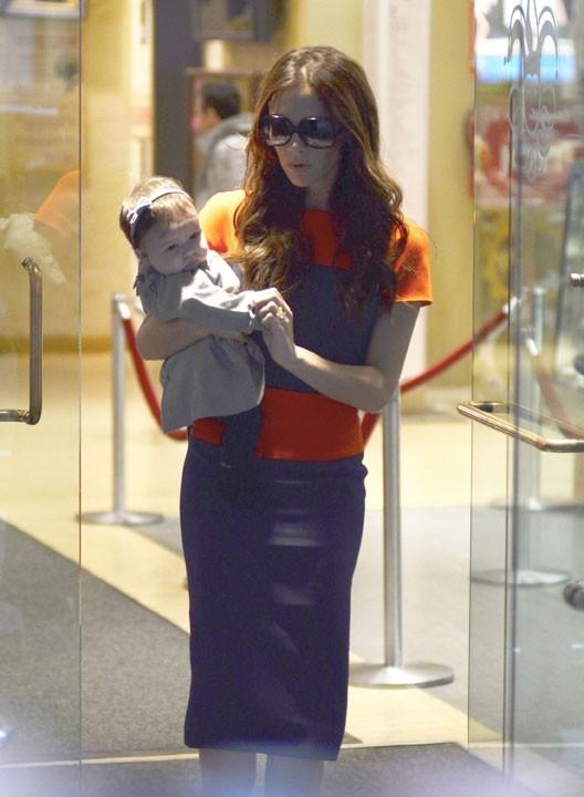 La petite Harper profite bien de sa maman...