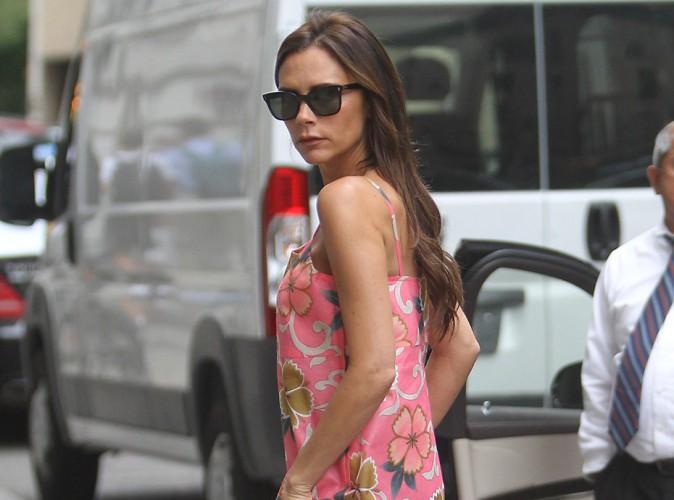 Victoria Beckham : elle troque ses tenues sombres pour... Une robe rose et fleurie !