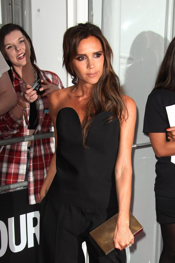 Victoria Beckham sur le tapis rouge des Glamour Women of The Year avec son fils Brooklyn le 4 juin 2013 à Londres