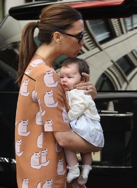 Victoria Beckham et sa fille Harper en plein shopping sur Madison Avenue à New York, le 17 septembre 2011.