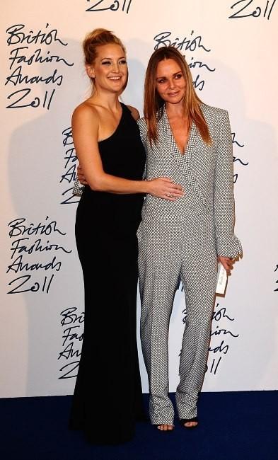 Kate Moss et Stella McCartney lors de la soirée des British Fashion Awards à Londres, le 28 novembre 2011.