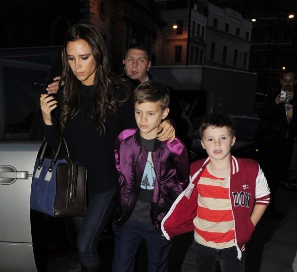 Victoria Beckham dîne avec ses fils