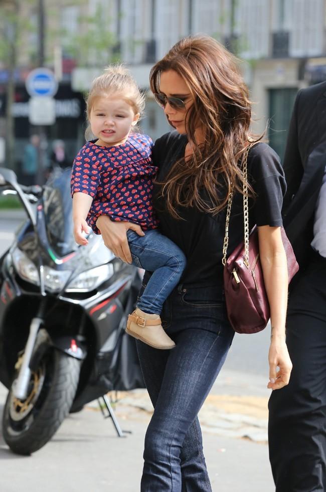 Victoria Beckham en virée shopping avec sa fille Harper à Paris le 4 mai 2013