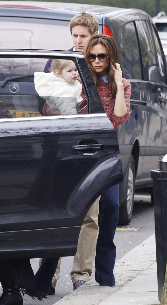 Victoria Beckham à Londres avec sa fille Harper et ses parents le 26 mars 2013