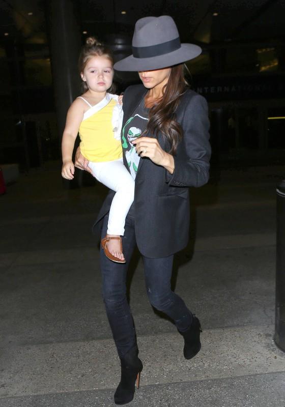 Victoria Beckham : sa fille Harper, toujours aussi craquante, dans ses bras � Los Angeles !