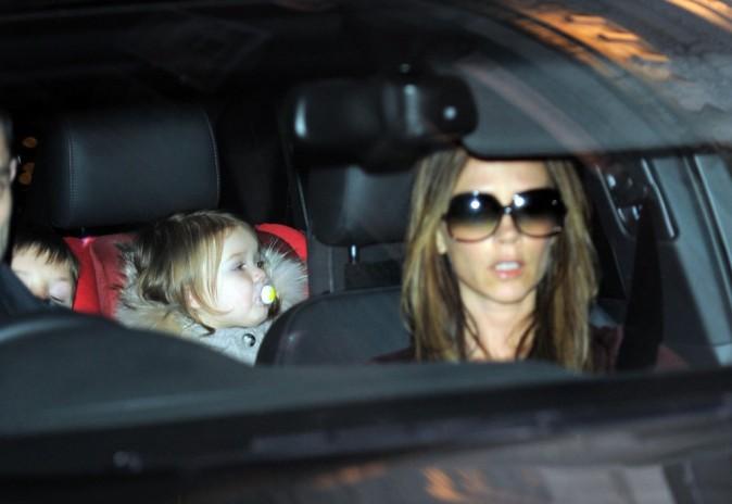 Victoria Beckham quittant le restaurant Maze à Londres avec sa fille Harper, le 12 décembre 2012.