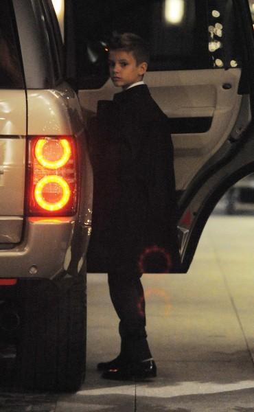 Victoria Beckham quittant le restaurant Maze à Londres avec son fils Romeo, le 12 décembre 2012.