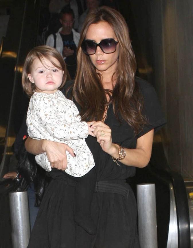 Victoria Beckham et Harper Seven à l'aéroport de Los Angeles le 23 octobre 2012