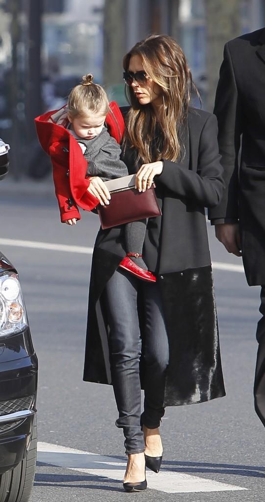 Victoria Beckham et sa fille Harper à Paris, le 19 février 2013.