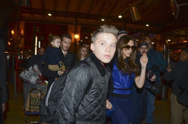 Brooklyn Beckham en famille le 18 février 2013 à la Gare du Nord à Paris