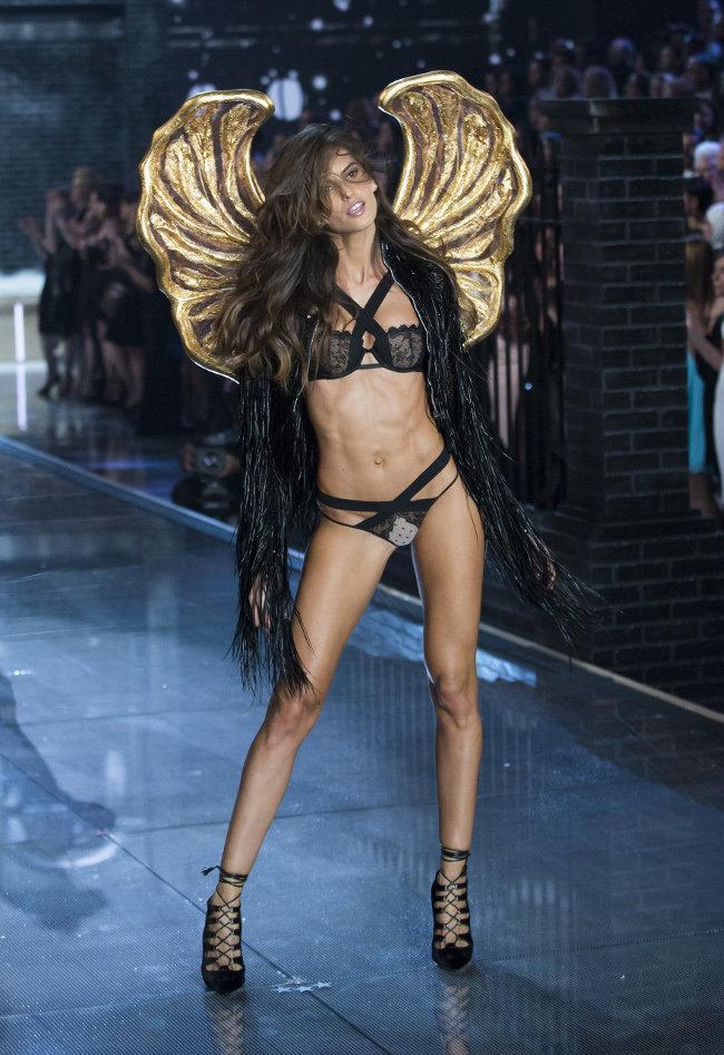 Izabel Goulart au Victoria's Secret Fashion Show organisé à New-York le 10 novembre 2015