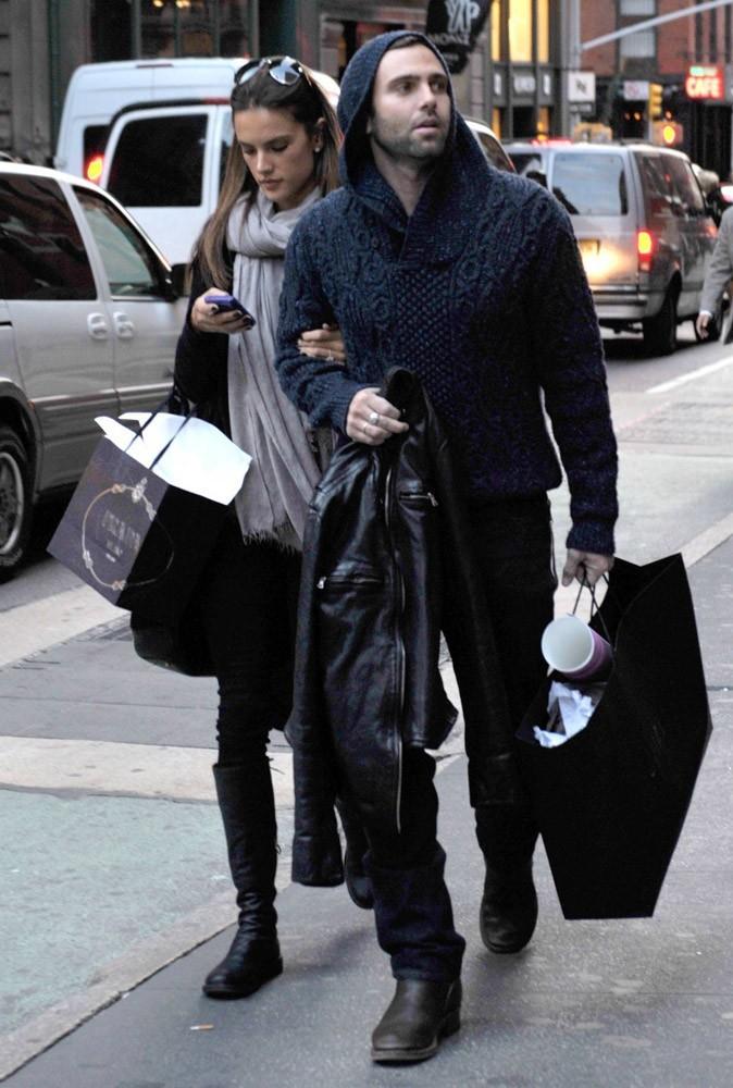 Photos : Alessandra Ambrosio est accro au shopping