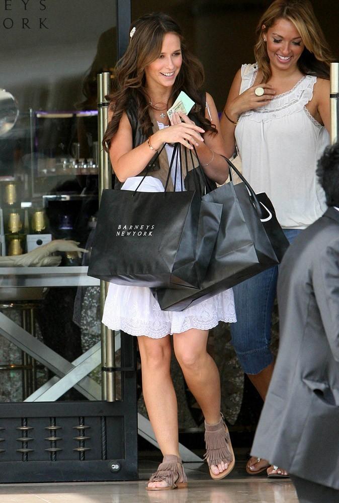 Photos : la brunette Jennifer Love Hewitt est une accro du shopping !