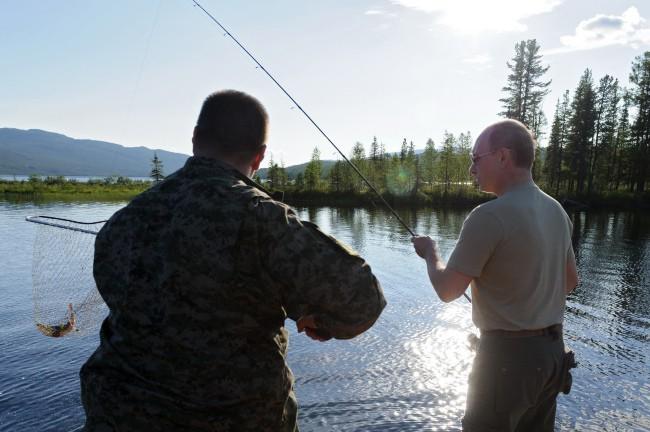 Le président russe s'offre une partie de pêche avec Dmitri Medvedev le 26 juillet