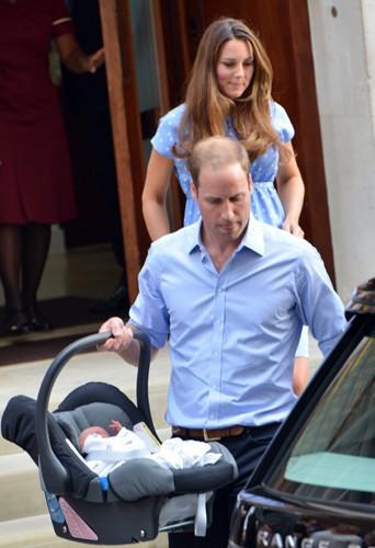 Le duc et la duchesse de Cambridge à la sortie de St. Mary's Hospital, à Londres (23 juillet 2013). Le jeune papa porte lui-même le couffin jusqu...