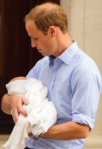 Le prince William tient son fils dans les bras, le 23 juillet 2013