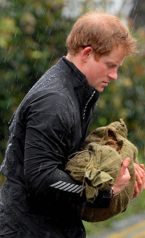 Photos : William et Harry : deux princes dévoués pour protéger leur grand-mère de reine des inondations !