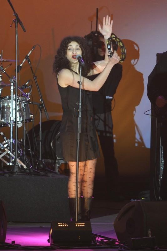 Camélia Jordana en concert à la Bastille suite à la victoire de François Hollande, le 6 mai 2012.