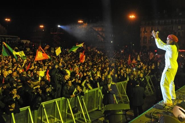 Yannick Noah en concert à la Bastille pour célébrer la victoire de François Hollande, le 6 mai 2012.