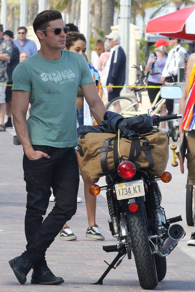 Zac Efron, sexy sur sa moto sur le tournage de Baywatch !