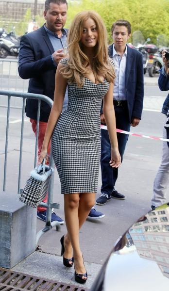 Zahia Dehar arrive dans les studios de la chaîne Direct 8 à Paris, le 2 septembre 2013.