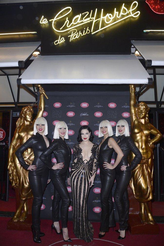 Photos : Zahia, Tal et Cara Delevingne toutes Crazy de Dita Von Teese !