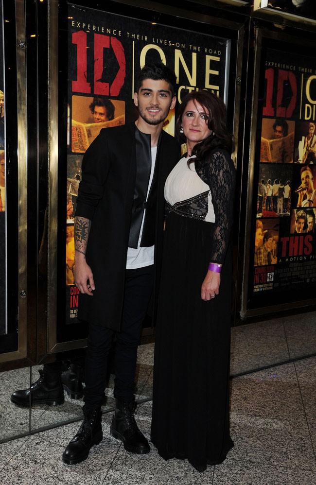 """Zayn Malik avec sa maman à l'avant-première de """"1D : This is us"""" à Londres le 20 août 2013"""