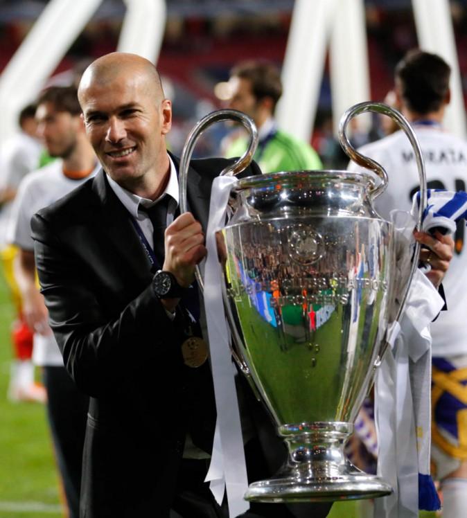 Zinedine Zidane soulève la Ligue des Champions remportée par le Real Madrid en 2014