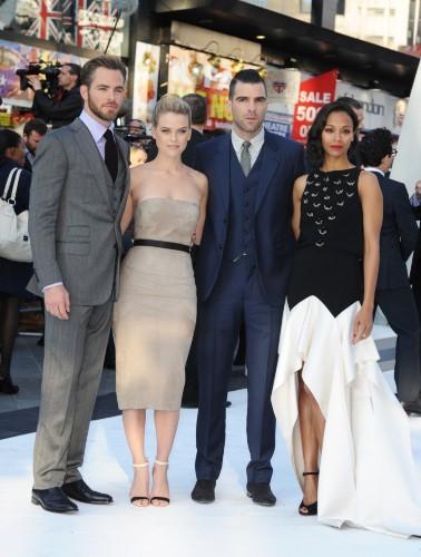 Chris Pine, Alice Eve, Zachary Quinto et Zoe Saldana lors de la première de Star Trek Into Darkness à Londres, le 2 mai 2013.