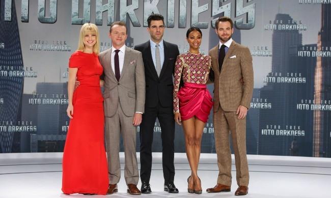 """Alice Eve, Simon Pegg, Zachary Quinto, Zoe Saldana et Chris Pine lors de la première du film """"Star Trek Into Darkness"""" à Berlin, le 29 avril 2013."""