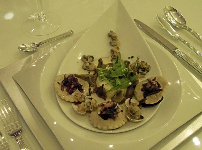 L'entrée : Ravioles aux langoustines, confiture d'oignons rouges, royale de Saint-Jacques, fricassée d'artichauts poivrade façon barigoule.