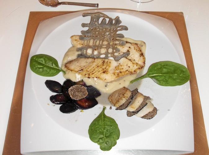 Le plat : Filet de saint-pierre, purée de chou-fleur truffé, millefeuille de noix de Saint-Jacques et truffe noire, carottes violettes confites, émulsion d'encre de seiche.