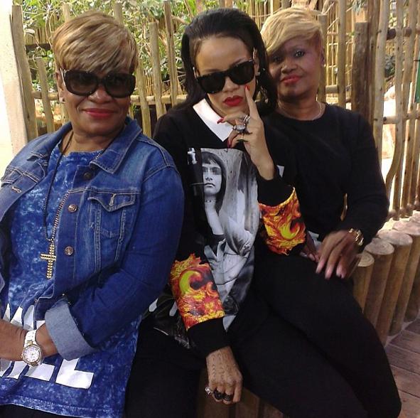 Rihanna avec sa tante (à gauche) et sa mère (à droite)