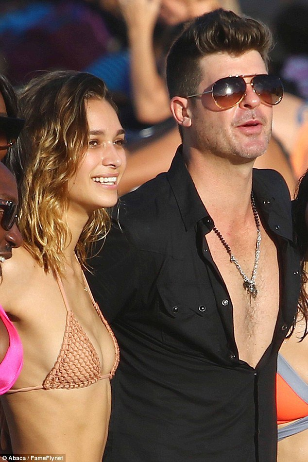 Robin Thicke s'éclate avec sa girlfriend à St Barth