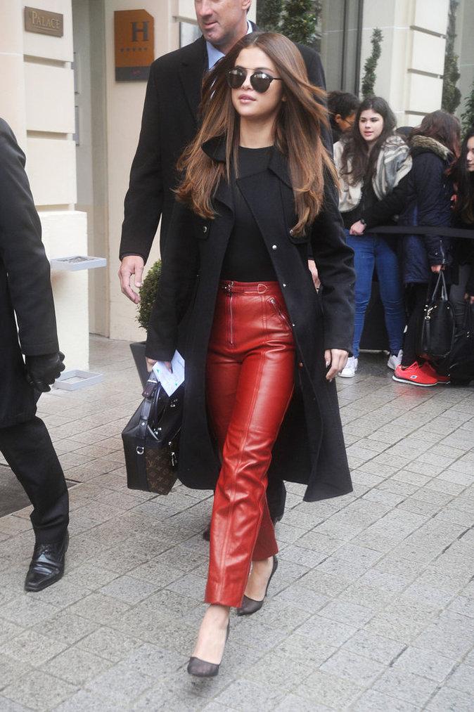 Selena Gomez se la joue tigresse en pantalon en cuir rouge à la Fashion week de Paris !