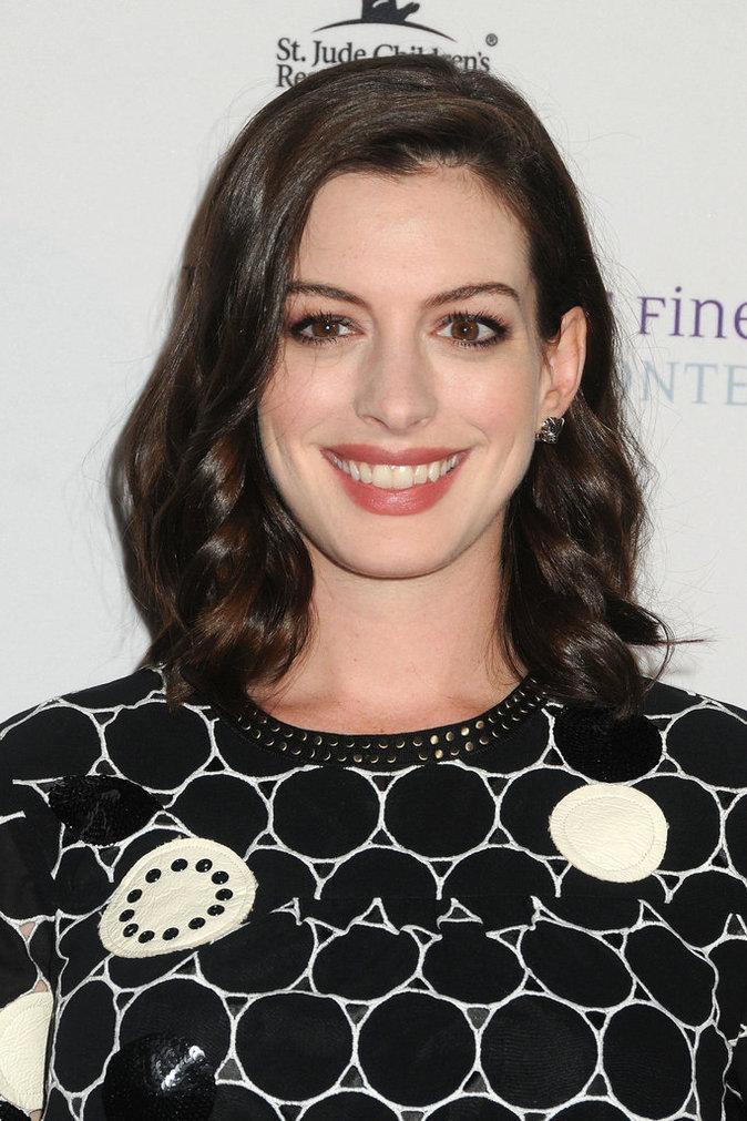 Anne Hathaway enceinte, elle est toujours aussi resplendissante !